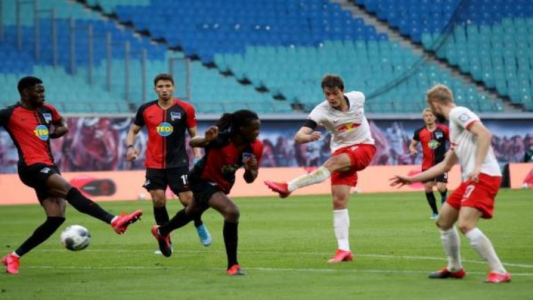 حارس هيرتا برلين يُهدي لايبزيغ هدفاً بطريقة غريبة
