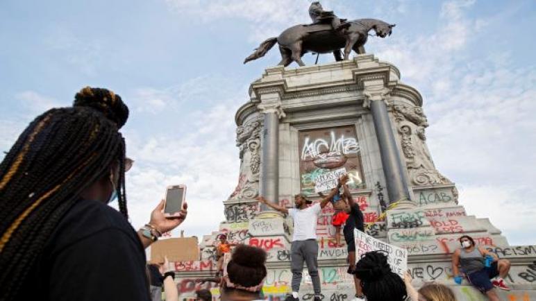 الغضب الأميركي يتمدّد إلى الأنصاب التذكارية العنصرية