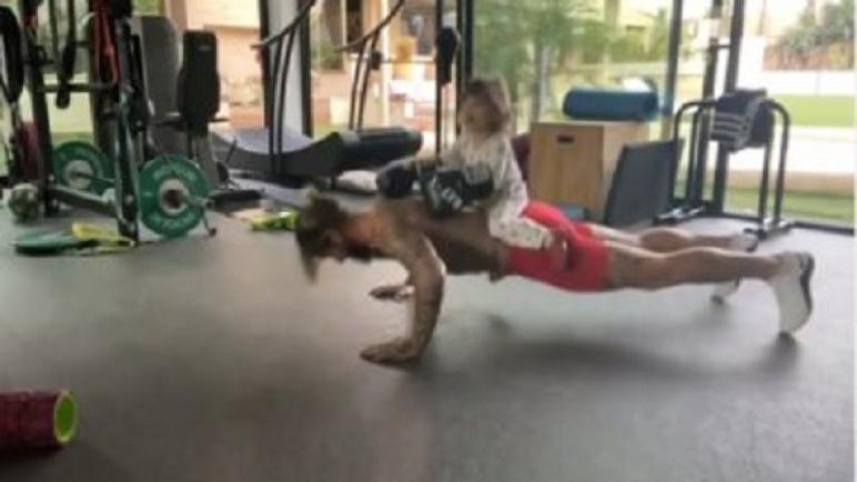 """راموس يستعرض عضلاته في تمرين """"Plank"""" ونجلته تشاركه في زيادة الوزن"""