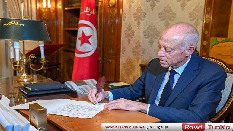في سابقة.. الرئيس التونسي يخط بيده رسالة تكليف تشكيل الحكومة و تفاعل كبير معه