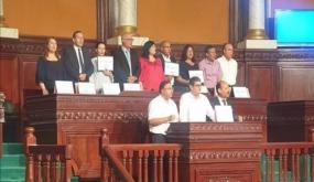 عبير موسي تعتلي منصة رئاسة البرلمان و تمنع رئيسة الجلسة سميرة الشواشي من الجلوس في مكانها (صور)