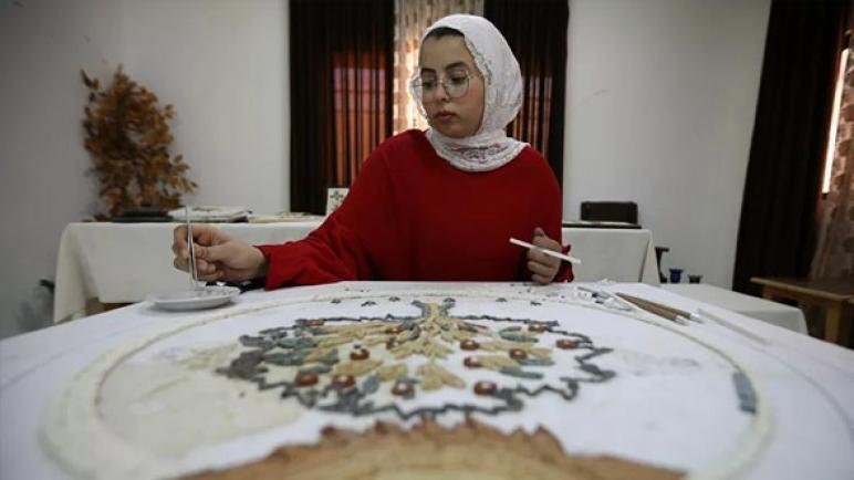 فنانة أردنية تُبدع في صُنع قطع رائعة من الفسيفساء رغم فقدان ذراعها