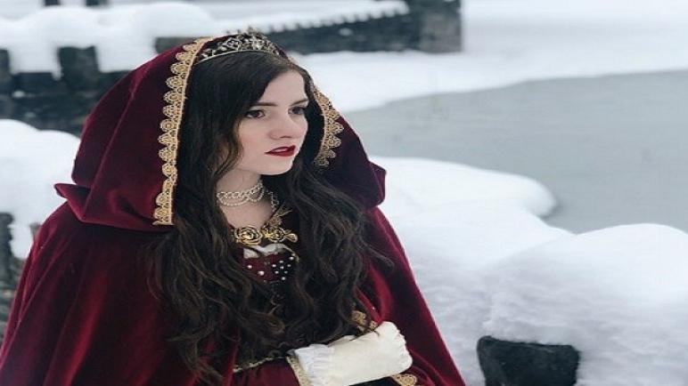 فتاة تعيش تفاصيل يومها كدوقة من العصر الفيكتور داخل قصر ريفي